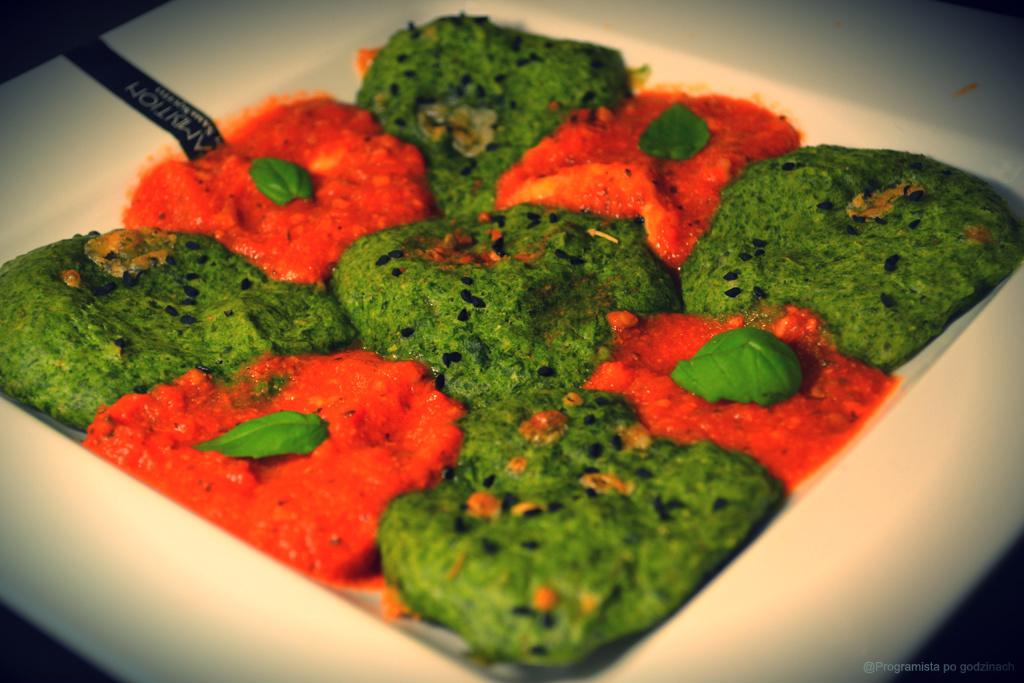 Szpinakowe placki z gorgonzolą, czarnuszką i sosem pomidorowym