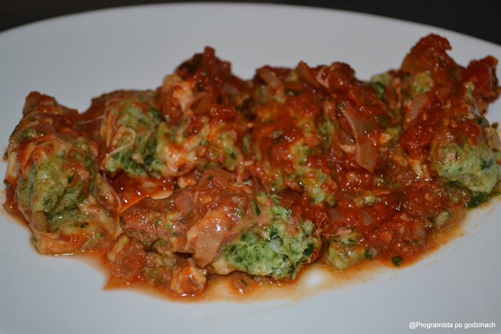 Gnudi ze szpinakiem w sosie pomidorowym