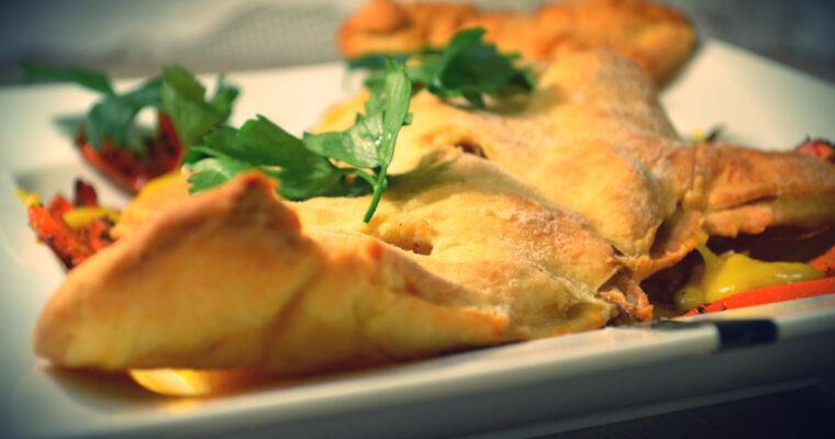 Pieczony dorsz w kruchym cieście, pieczoną marchewką i sosem curry