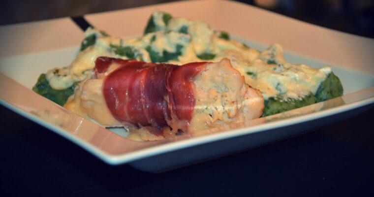 Roladki z kurczaka, z szynką parmeńską, oliwkami i z kluskami szpinakowymi polane sosem szałwiowym