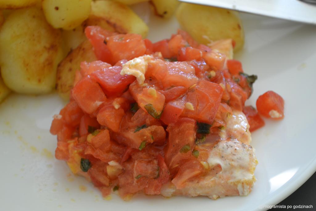 Pieczony łosoś z salsą pomidorową i talarkami