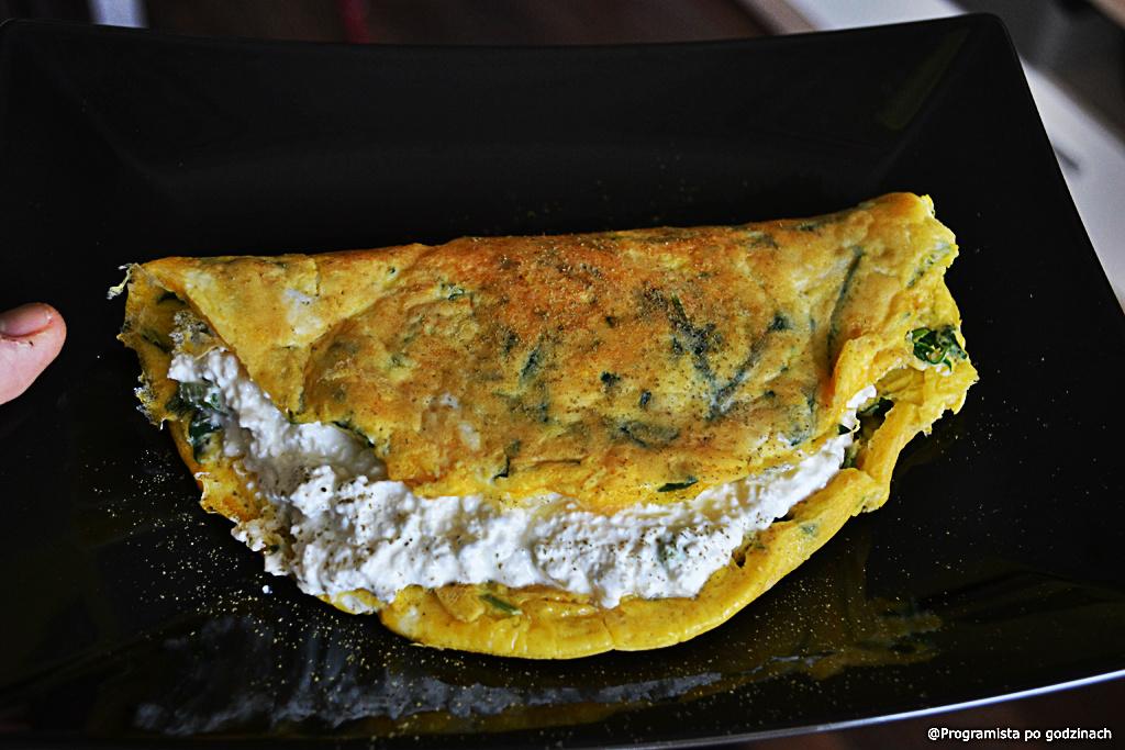 Omlet z rukolą i twarożkiem