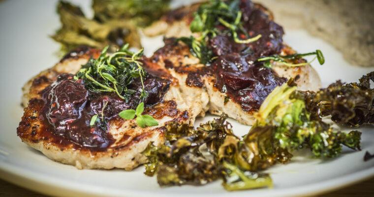 Stek z górki cielęcej, puree z karmelizowanego kalafiora, sos owocowy na bazie czerwone wina, czipsy z jarmużu