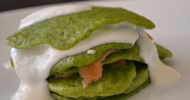 Zielone pancakes z wędzonym łososiem i serkiem waniliowym