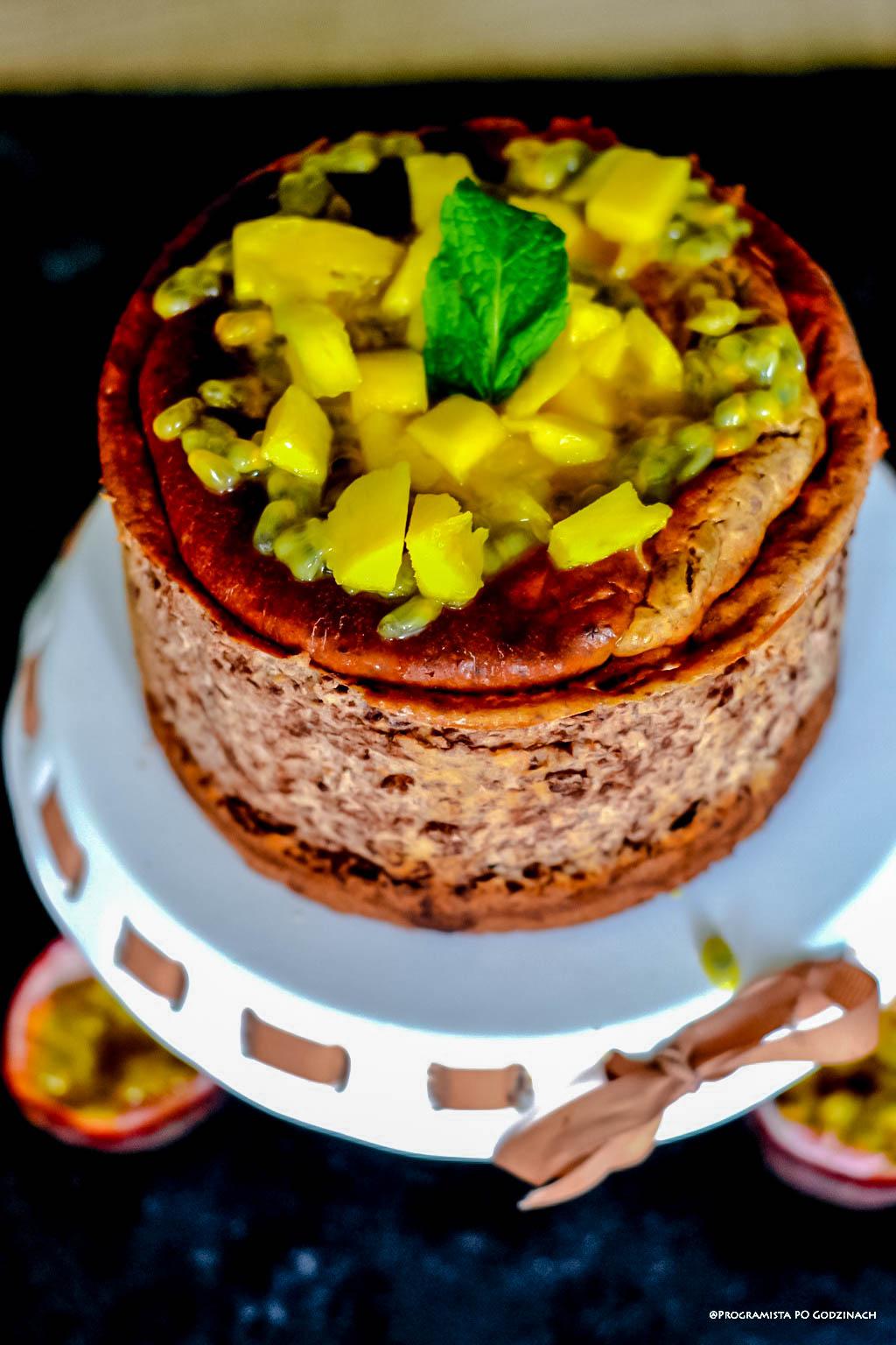 Sernik czekoladowy bez cukru z mango i marakują