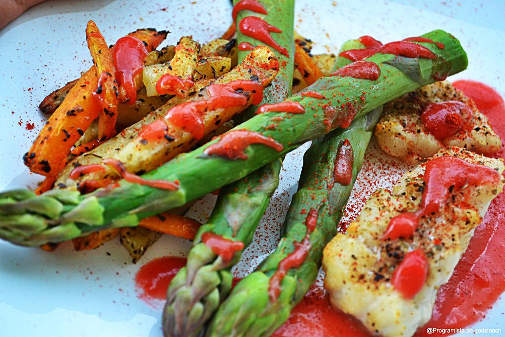 Pieczony dorsz z młodą marchewką, szparagami i sosem rabarbarowo-truskawkowym