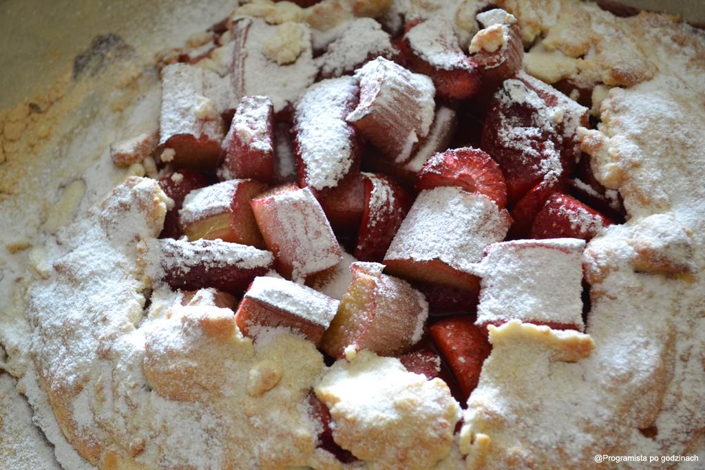 Tarta rustykalna z rabarbarem i truskawkami