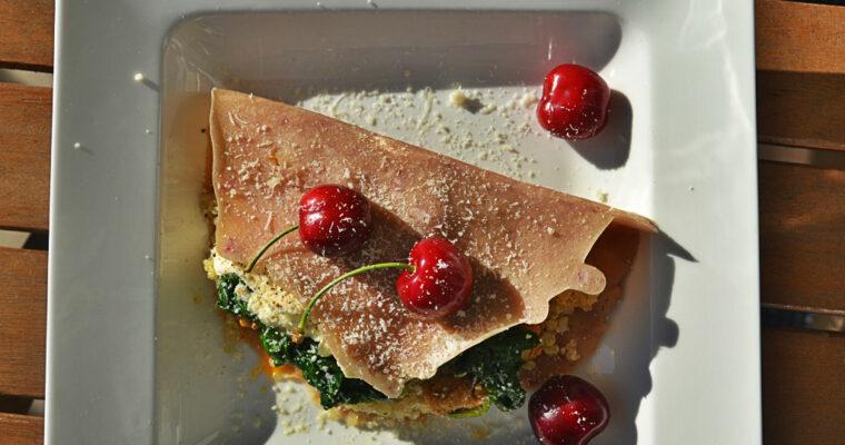 Naleśniki czereśniowe z quinoa, szpinakiem, ricottą i estragonową szynką wieprzową