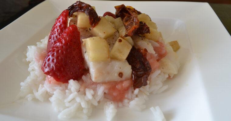 Pieczony dorsz z gruszką, suszonymi pomidorami, z musem truskawkowym i ryżem