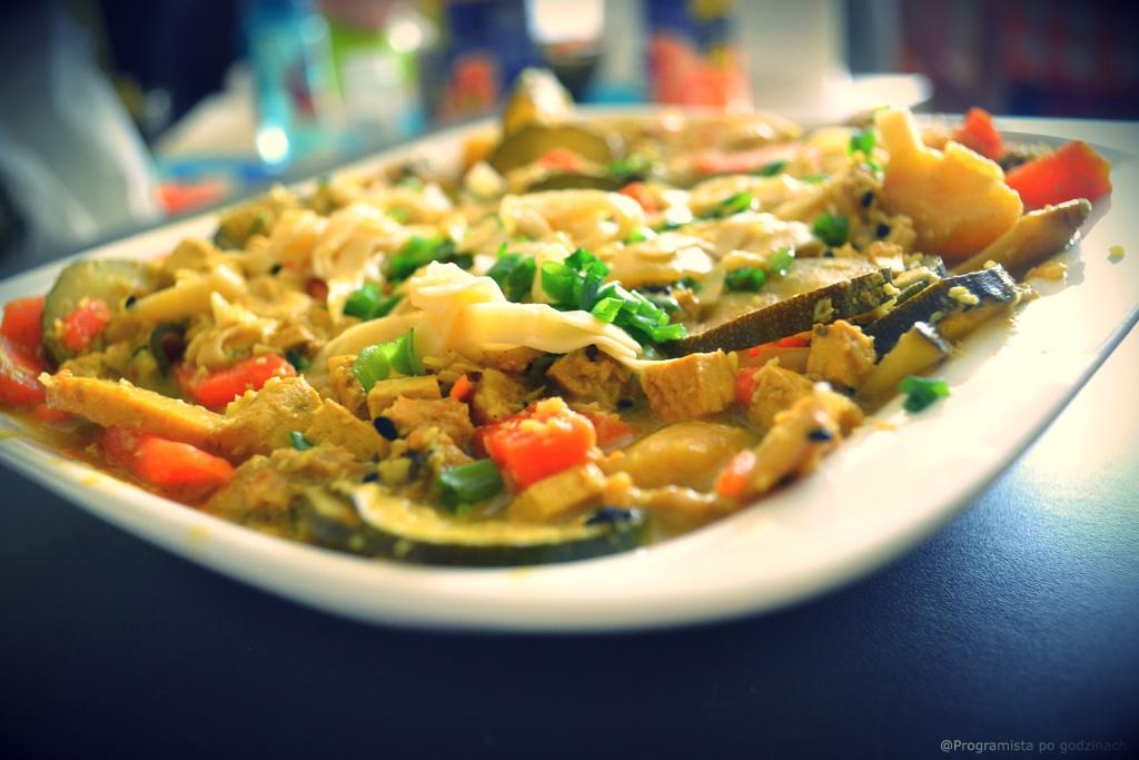 Wegańska zupa curry z noodle