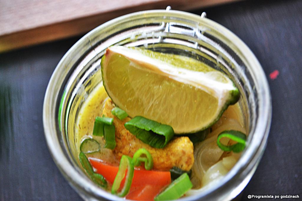 Bulion tajski z kurczakiem i warzywami