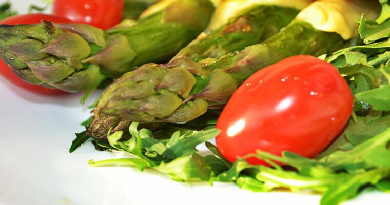Zapiekane szparagi, podane na rukoli z grzanką czosnkową i polane słodkim sosem z octu ryżowego