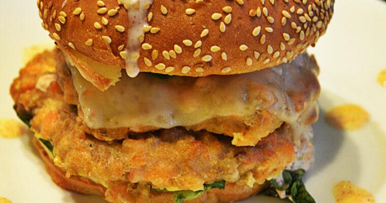 Zdrowy burger z kotletem z łososia