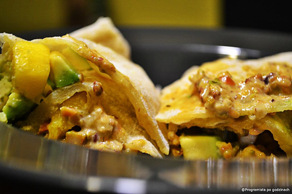 Pszenna tortilla z grillowanym kurczakiem i sosem pistacjowym