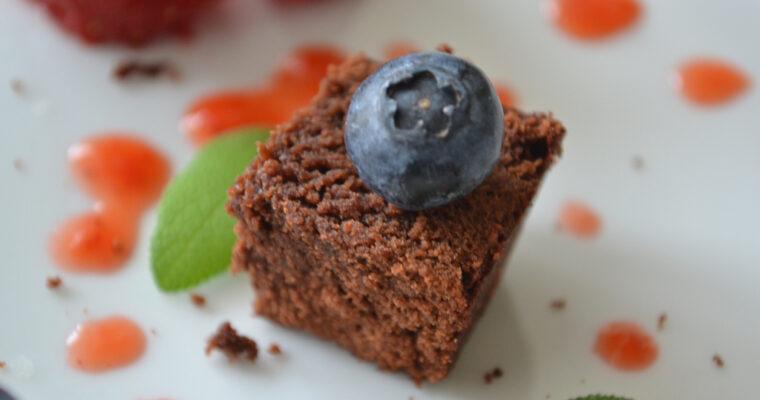 Brownie z truskawkami, borówkami i liścmi szałwii
