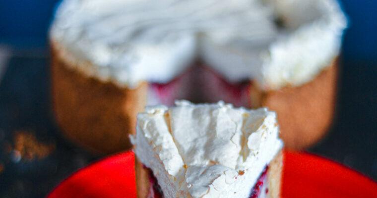 Sernik truskawkowy na kruchym spodzie z bezą