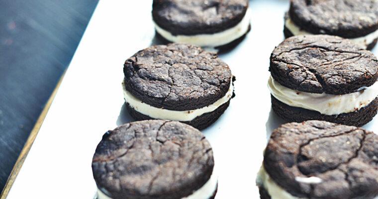 Żytnie ciasteczka czekoladowe z kremem waniliowym