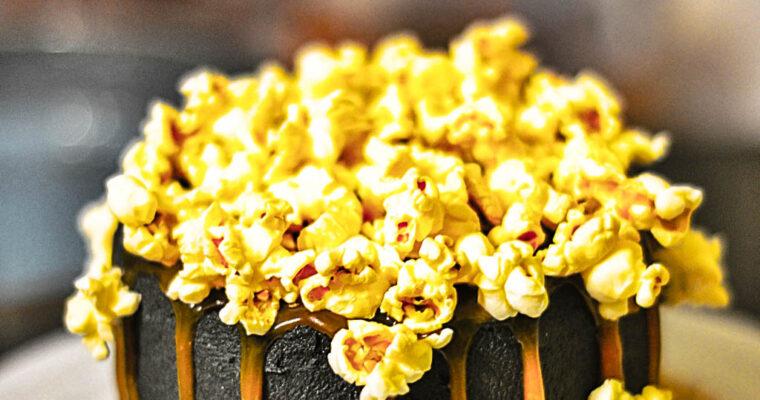 Tort z korzennym solonym karmelem i popcornem