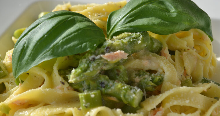 Makaron ala carbonara z łososiem i szaparagami z serem grana padano