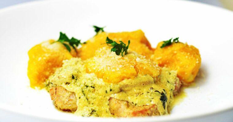 Kluseczki hokkaido, duszona polędwica wieprzowa, sos pieczarkowy z serem pleśniowym