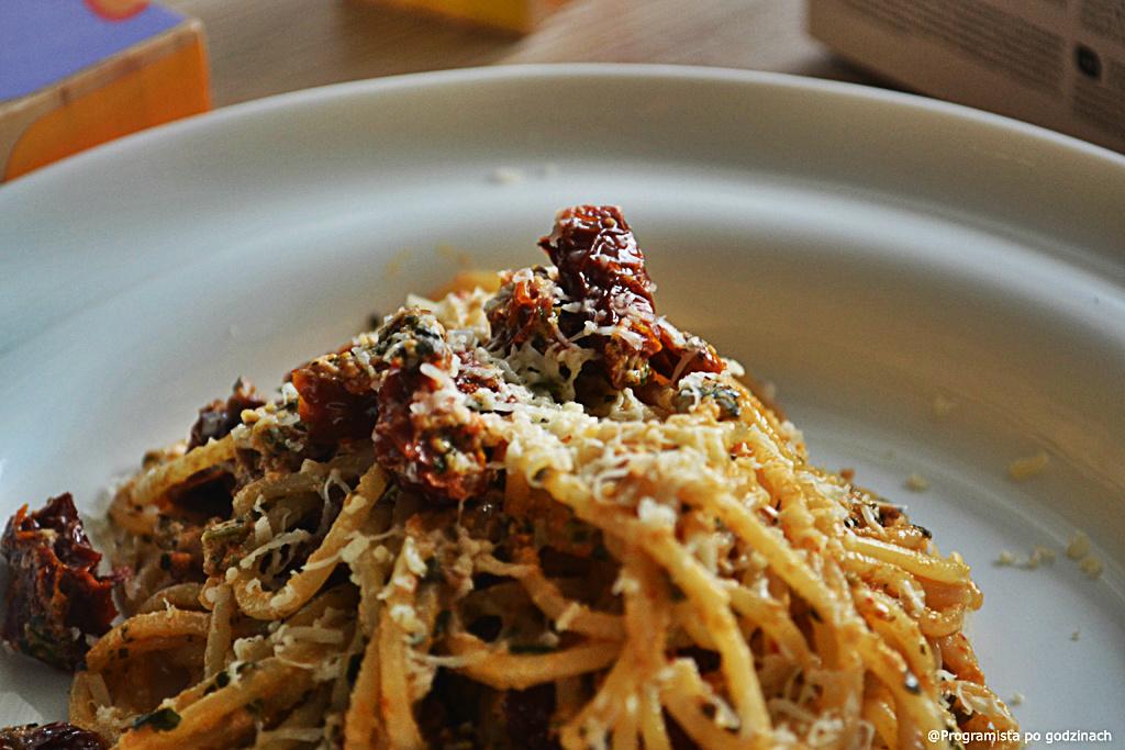 Makaron z białym serem, suszonymi pomidorami i natką pietruszki