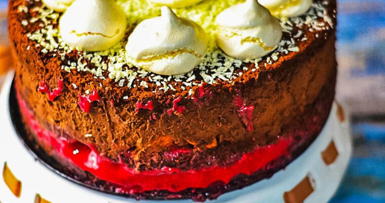 Ciasto czekoladowe z musem czekoladowym, malinami