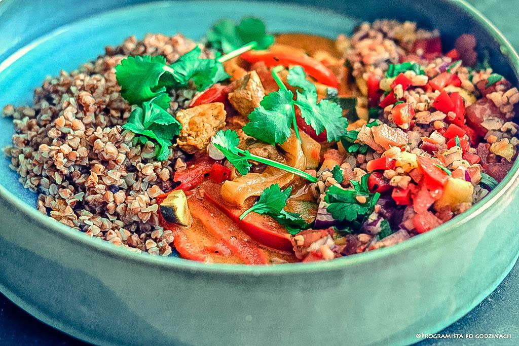 Curry z indykiem i warzywami, sałatka z pęczaka, suszonego buraka z dodatkiem czosnku niedźwiedziego