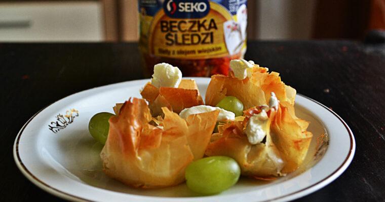 Mini sakiewki z ciasta filo ze śledziem, oliwkami i winogronami
