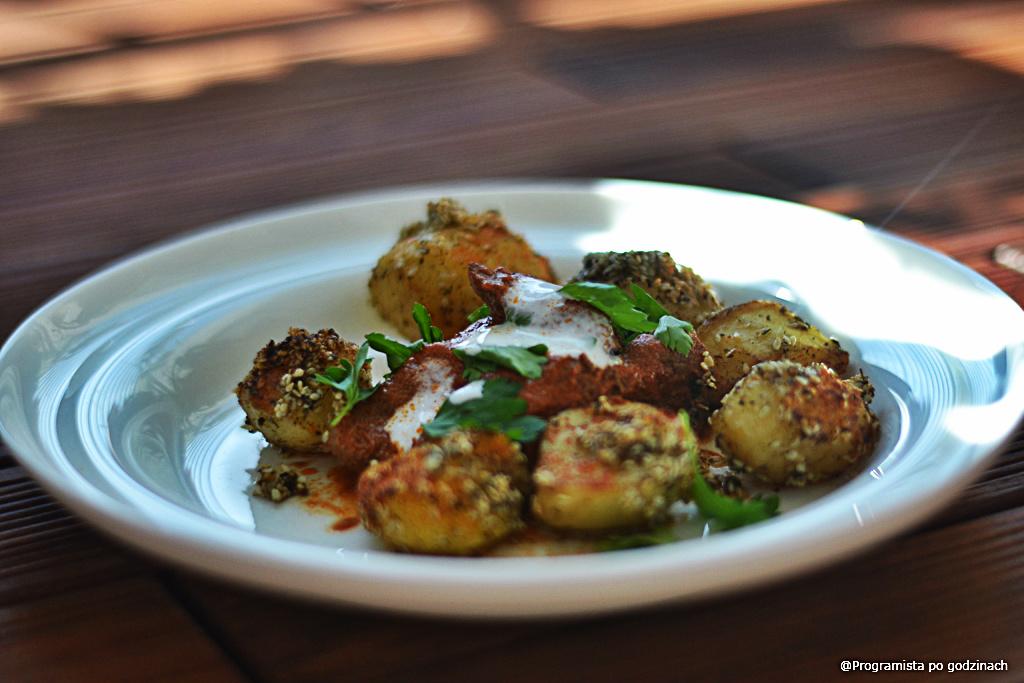 Duszona wołowina w jogurcie, przecierze pomidorowym i pieczone ziemniaczki w sezamie