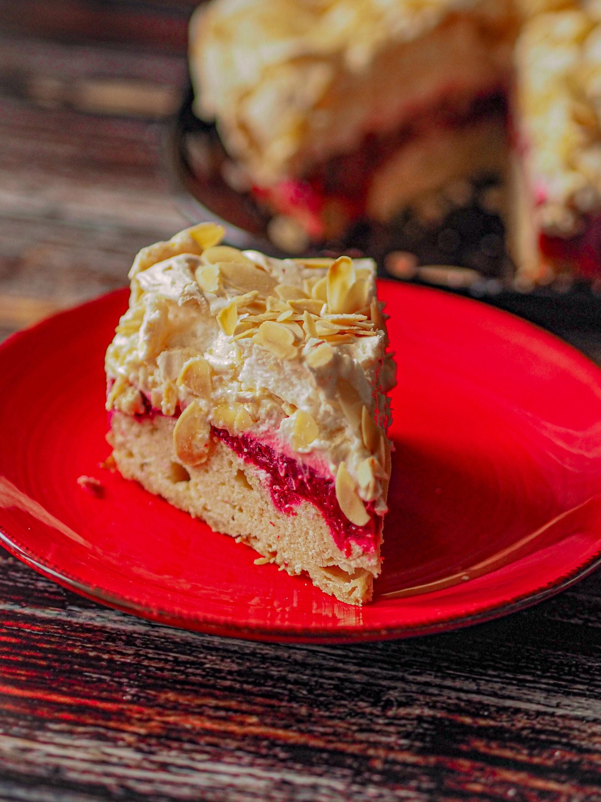 Ciasto kruche z malinami, kremem śmietanowym i bezą
